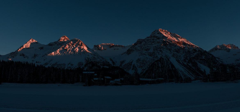 Die Berge um Arosa werden vom Sonnenuntergang beleuchtet